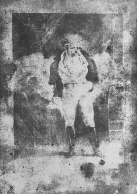 """Un homme debout, les cheveux ébouriffés. """"Le joueur"""" gravure de Charlet (1828)."""